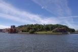 Der gesuchte Ort auf dem Bild ist der Slottsberg am Nordufer des Hafens...